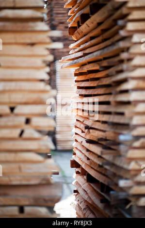 Stapel von Holz an Depot - Stockfoto