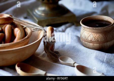 Donut auf einen String. traditionellen russischen Gebäck. Samowar und Kaffee in einem alten Ton Tasse. - Stockfoto