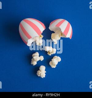 Popcorn aus zerbrochenen Ei minimal essen und Kino kreatives Konzept. - Stockfoto