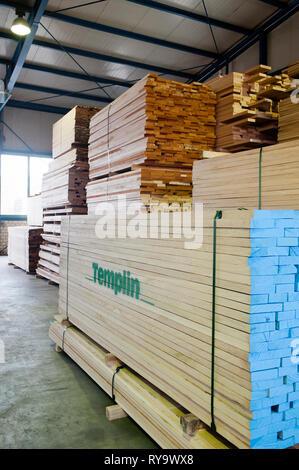 Stapel von Holz im Lager - Stockfoto