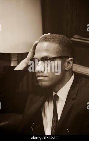 Malcolm X - 1925-1965 wartet an Martin Luther King, Pressekonferenz, mit Kopf und Schultern im Portrait. Malcolm X (1925 - 1965) war ein US-amerikanischer moslemische Ministerin und Menschenrechtsaktivistin, war eine populäre Figur während der Bürgerrechtsbewegung. Er ist am besten für seine umstrittene Eintreten für die Rechte der Schwarzen bekannt; einige sehen in ihm einen Mann, der das weiße Amerika in den rauesten Bedingungen für seine Verbrechen gegen die schwarzen Amerikaner angeklagt, während andere ihn predigen Rassismus und Gewalt vorgeworfen. - Stockfoto