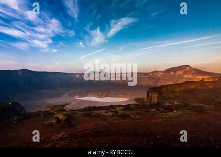 Einen atemberaubenden Blick auf die Al Wahbah Krater an einem sonnigen Tag, Saudi-Arabien - Stockfoto