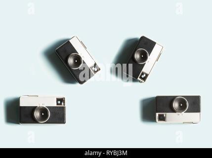 Klassische Kameras auf grauem Hintergrund Stockfoto