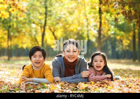 Mutter und Kinder spielen im Freien - Stockfoto