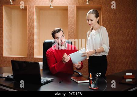 Lächelnd Business Specialist und Sekretär Arbeiten in modernen Büros. - Stockfoto