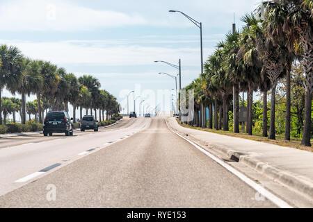 Fort Myers, USA - 29. April 2018: Stadt Stadt Straße während der sonnigen Tag in Florida Golf von Mexiko Küste mit Autobahn Straße und Autos und Palmen - Stockfoto
