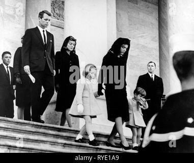 Präsident der Familie verlässt das Capitol nach der Zeremonie. Caroline Kennedy, Jacqueline Bouvier Kennedy, John F. Kennedy, Jr. (2. Sitzreihe) Attorney General Robert F. Kennedy, Patricia Kennedy Lawford (versteckte) Jean Kennedy Smith (3. Reihe) Peter Lawford. United States Capitol, östlich Vor, Washington, D.C. - Stockfoto