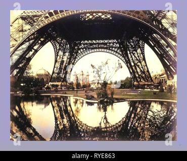 Ausstellung Gebäude und Gelände gesehen durch den unteren Teil der Eiffelturm, Paris Exposition, 1889, Frankreich - Stockfoto