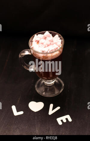 Hot Drink in ein Glas Schale mit rosa Marshmallows - Stockfoto