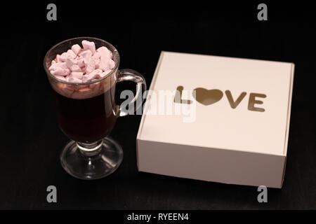 Hot Drink in ein Glas Schale mit rosa Marshmallows - Stockfoto