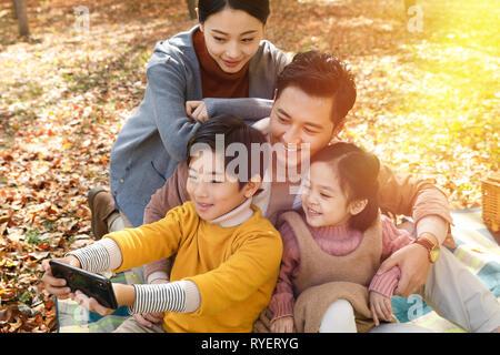 Happy Family im Aufnehmen von Bildern - Stockfoto