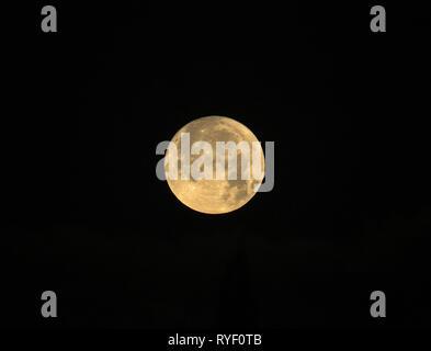 Vollmond namens Kalter Mond auf schwarzem Hintergrund