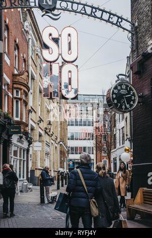 London, Großbritannien - 19 Dezember, 2018: die Menschen zu Fuß nach Soho sign off Carnaby Street, Fußgängerzone und Einkaufsstraße in London mit über 100 Geschäften und r - Stockfoto