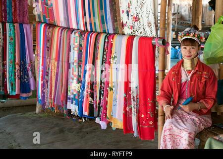 Chiang Rai Thailand Dez 27 2018, Frau aus der Karen lange Hals Stamm in Abschaltdruck am touristischen Markt - Stockfoto