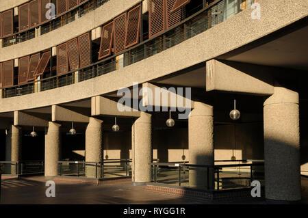 Architektonisches Detail zeigt die harten Linien und Kurven von Brutalist Architecture, Barbican Estate, London EC 2, England, Großbritannien