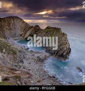 Winter Sonnenaufgang über dem Stairhole und Lulworth Cove, Dorset, Großbritannien