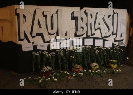 Suzano, Brasilien. 13 Mär, 2019. Die Leute lassen Blumen für die Trauer außerhalb des Raul Brasil öffentliche Schule in Suzano, Sao Paulo, Brasilien, am 13. März 2019. Mindestens 10 Menschen wurden getötet und viele weitere verletzt in einer Schule schießen in der brasilianischen Stadt Sao Paulo am Mittwoch. Unter den Toten waren sieben Schüler, eine Frau und die beiden schützen, die sich an der Szene getötet, sagten die Behörden. Die schockierende Angriff fand um 9:30 Uhr Quelle: Xinhua/Alamy leben Nachrichten - Stockfoto