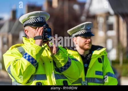 """Edinburgh, Schottland, Großbritannien. 14. März, 2019. Polizei Kontrolle auto Geschwindigkeiten in Edinburgh, der erste in einer Reihe von Pilotprojekten 20 mph"""" Veranstaltungen am Straßenrand Bildung"""", in Zusammenarbeit mit der Polizei, Schottland, stattfand, mit dem Ziel, das Bewusstsein für die Folgen des Brechens von 20 mph Geschwindigkeitsbegrenzungen zu erhöhen. Beschleunigung Fahrer wird von der Polizei gestoppt werden und bot eine kurze Fahrer Bildung Sitzung in einem polizeilichen Kommando Einheit. Credit: Iain Masterton/Alamy leben Nachrichten - Stockfoto"""