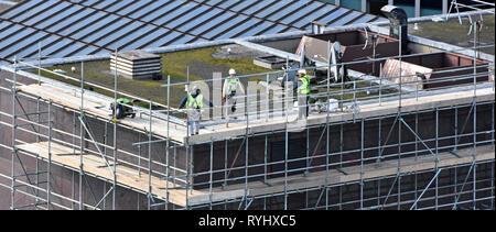 Antenne Vögel Auge Ansicht von oben London hohen Bürogebäudes Dach Arbeitnehmer Zugang zu errichten Gerüste für Reparaturen auf dem Dach der Stadt London England Großbritannien - Stockfoto