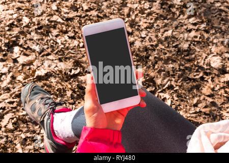 Mockup Bild von smart phone mit schwarzen leeren Bildschirm Vorlage, Hand und Mobile in der Natur zeigen. - Stockfoto