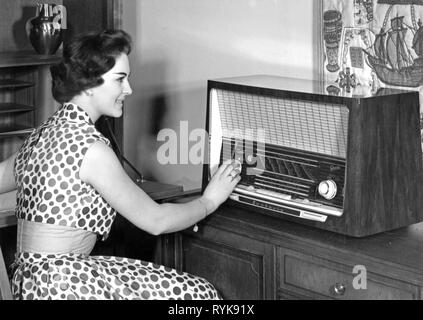 Rundfunk, Radio, Radios, Graetz Fantasia 622, junge Frau auf der Suche nach Station, Deutschland, 1958, Additional-Rights - Clearance-Info - Not-Available - Stockfoto