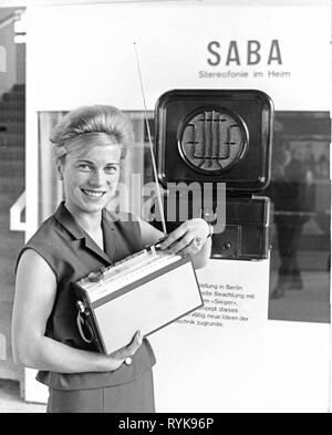 Rundfunk, Radio, Radios, Saba Transeuropa Automatische, junge Frau mit einem tragbaren Radio, hinter einem Saba 41 W von 1930, Große deutsche Radio Show, Berlin, 30.8. - 8.9.1963, Additional-Rights - Clearance-Info - Not-Available - Stockfoto