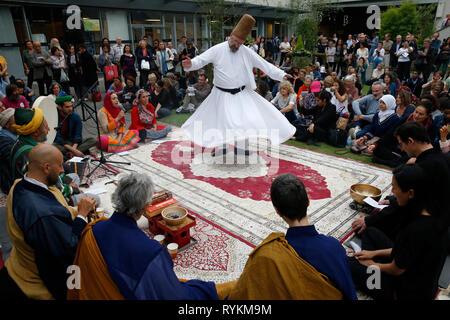 Zen Buddhisten und muslimischen Sufis beten und feiern gemeinsam in Paris, Frankreich. Wirbelnder Derwisch. - Stockfoto
