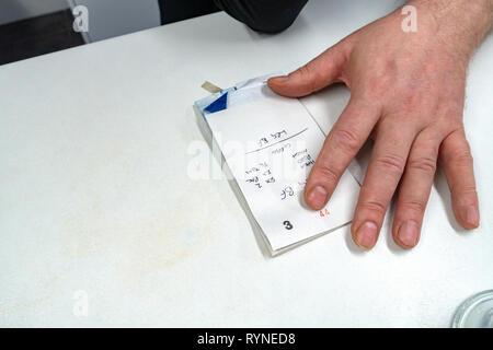 Schließen Sie herauf Foto der Hände eines Kellner schreiben auf Bestellung pad und die Kunden Frühstück bestellen In einem Café - Stockfoto