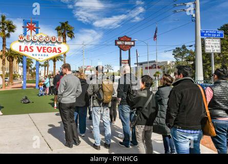 """LAS VEGAS, NV, USA - Februar 2019: Menschen ihr Bild vor der berühmten """"Willkommen in Las Vegas' Zeichen zu haben. - Stockfoto"""