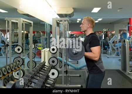 Junger Mann ich die Übungen auf bizeps Anheben barbell für guten Körper im Fitnessstudio, Bodybuilder, gesunden Lebensstil, Bewegung Fitness, Workout und sp - Stockfoto
