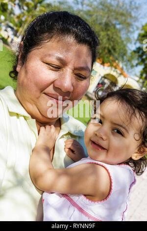 Miami Florida Little Havanna Jose Marti Park vereint Herzen Familie Festival Community Event Hispanic Frau Baby Mädchen Mutter Tochte - Stockfoto