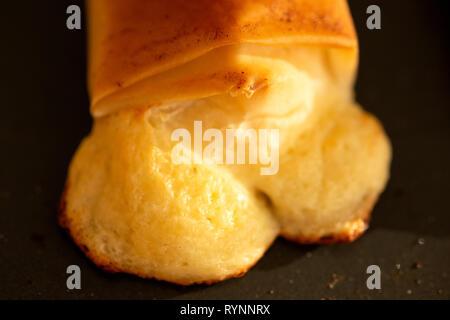 Gebackenen Blätterteig Nahaufnahme Nahaufnahme Nahaufnahme. Aus geschmolzenen Käse gebacken, gekocht flockiger Blätterteig Käse beißen. - Stockfoto