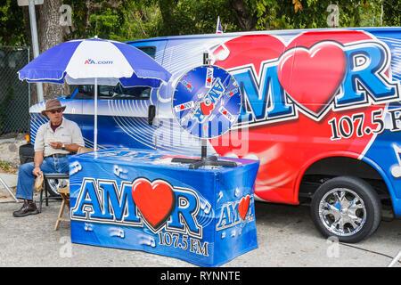 Miami Florida Mary Brickell Village Bike Miami Tage UKW-Radiosender marketing-Stand Roulettespiel Amor 107,5 Regenschirm Unternehmen l - Stockfoto
