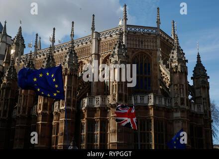 London, Großbritannien. 14 Mär, 2019. EU- und UK-Flags sind außerhalb der Westminster Abbey in London, Großbritannien, 14. März 2019 gesehen. Britischen Abgeordneten am Donnerstag mit überwältigender Mehrheit der Europäischen Union (EU) für eine Erweiterung von Artikel 50 in der unruhigen Brexit Prozess zu bitten. Credit: Han Yan/Xinhua/Alamy leben Nachrichten - Stockfoto