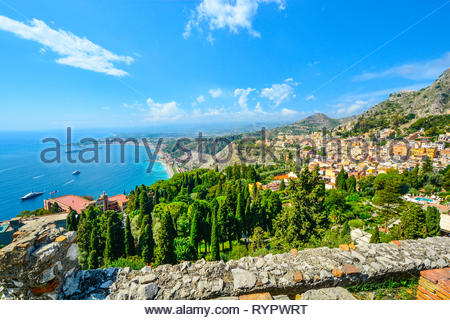 Auf der Suche nach der antiken griechischen Theater in Taormina, Italien, auf der italienischen Insel Sizilien, mit Booten und Resorts Punktierung der Mittelmeer - Stockfoto