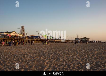 Am Ende des Weges Sonnenuntergang für Route 66: Das Santa Monica Pier in Santa Monica, Kalifornien. - Stockfoto