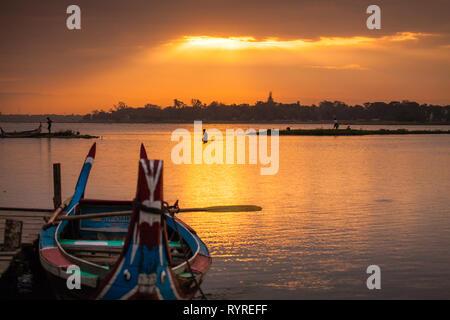 Boote auf Taungthaman See in der Nähe von Amarapura in Myanmar bei Sonnenaufgang - Stockfoto