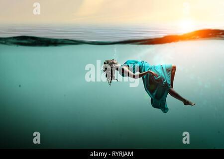 Frau Tänzer in das klare blaue Wasser - Stockfoto