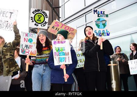 Aberystwyth, Ceredigion Wales UK Freitag, 15. März 2019. Über 300 Schülerinnen und Schüler aus verschiedenen lokalen Schulen die Teilnahme an der zweiten UK-wide Schule Streik 4 Klima', protestieren außerhalb des Büros der walisischen Regierung in Aberystwyth Wales Photo Credit: Keith Morris/Alamy leben Nachrichten - Stockfoto
