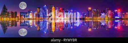 Banner Panorama von Doha West Bay skyline Beleuchtung bei Nacht in der Bucht von Doha widerspiegeln. Moderne Wolkenkratzer von Doha mit Vollmond, Katar, Naher Osten - Stockfoto