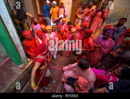 Hindu Männer gesehen die Frauen, während von den Frauen eine Woche geschlagen, bevor die eigentliche Holi Datum bei barsana als Lathmar Holi. Der Mythos hinter diesem Lathmar Holi ist mit hinduistischen Gott Lord Krishna, der als Pro lokalen Glauben kam aus seiner Heimatstadt Nandgaon zu seinem Liebhaber in Barsana und neckte Radha und ihre Freunde. Mit dieser gemeinsamen Überzeugung seit mehr als 100 Jahren, Frauen von Barsana noch pflegen das Ritual und das Schlagen der outcomers von Nandgaon mit Stöcken (lathi) die Tradition an diesem besonderen Tag zu halten. - Stockfoto