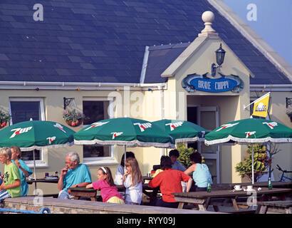Kanal Inseln. Alderney. Menschen sitzen auf der Terrasse des Braye Chippy Restaurant. - Stockfoto