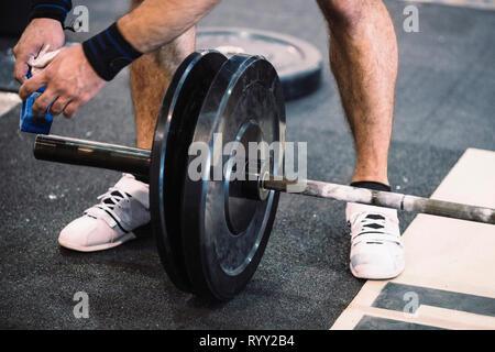 Die Änderung der Gewichte an der Barbell. - Stockfoto