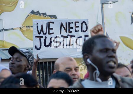 """Ein Plakat, das sagt """"Wir müssen Gerechtigkeit"""" Während des Protestes gesehen. Protest gegen institutionellen Rassismus fand am Nelson Mandela Square in Madrid ein Jahr nach dem Tod von Mame Mbaye, einem senegalesischen Straßenverkäufer, starb, während er von der Polizei für den Verkauf auf der Straße gejagt werden. Nach Angaben der Demonstranten, der junge Mann hatte keine legalen Papiere trotz mehr als 10 Jahre in Spanien verbracht und Behörden hat seine Familie nicht nach seinem Tod. Sie bezahlten auch Hommage an die Opfer des New Zeland Terroranschlag in Moscheen. - Stockfoto"""