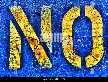 KEIN Wort auf Straße mit zusätzlichen Textur und Farbe gemalt. - Stockfoto