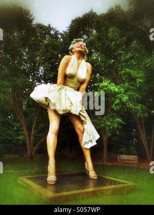 Skulptur von Marilyn Monroe mit ihrem Kleid wird gesprengt - Stockfoto