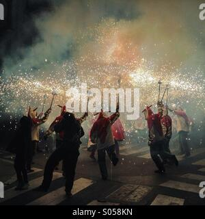 Correfoc, Feuerwerk, Les Santes, Mataró Stadtfest, Juli, Barcelona, Spanien. Feuer-Spiele in Katalonien - Stockfoto