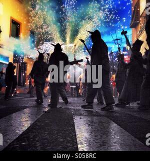 Correfoc, Feuerwerk. Les Santes von Mataró, Barcelona - Stockfoto