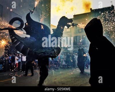 Correfoc, Feuerwerk, Les Santes, Mataró. Barcelona. Feuer-Spiele in Katalonien - Stockfoto