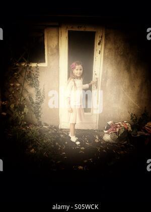 Mädchen-Türöffnung - Stockfoto